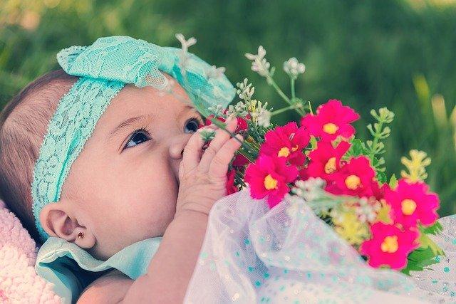 miminko s květinami