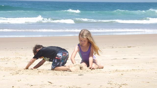 děti na písečné pláži