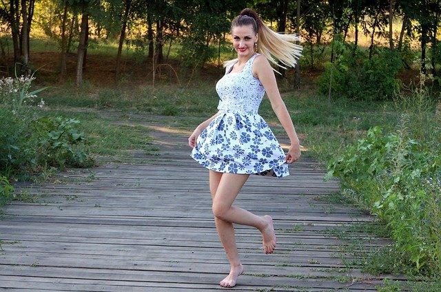 blondýna s květovaných šatech