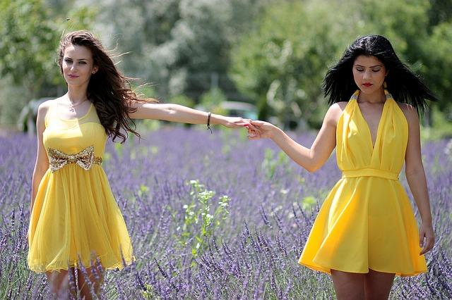 dívky ve žlutých šatech