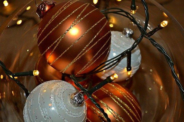vánoční koule a světýlka