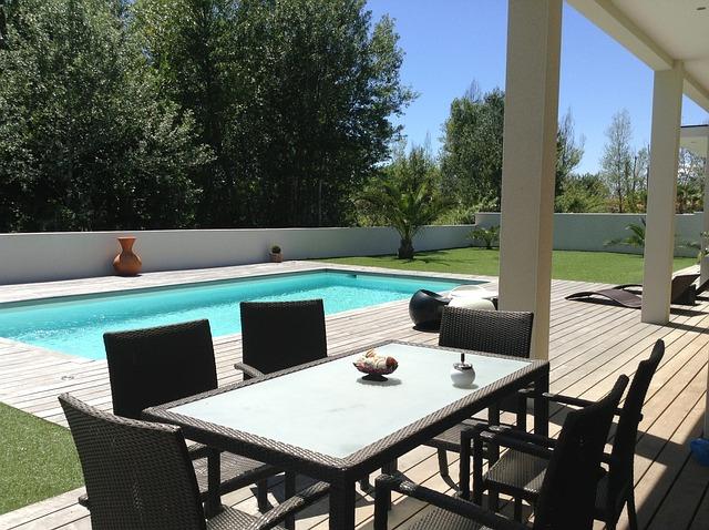 bazén u terasy domu