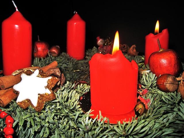 červené svíčky na věnci