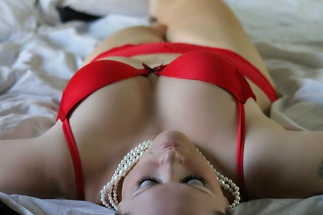 žena v červeném spodním prádle