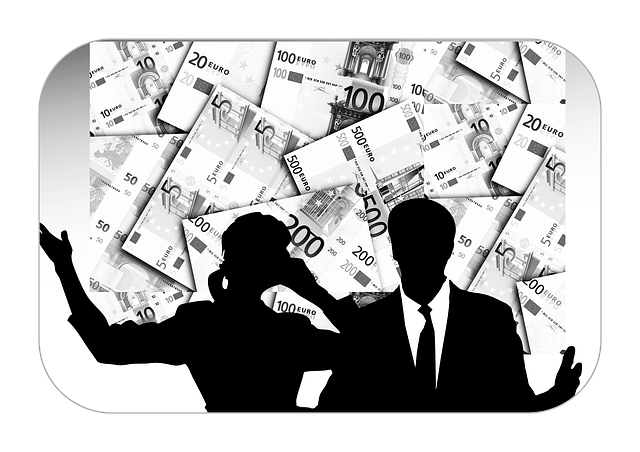 siluety lidí u peněz