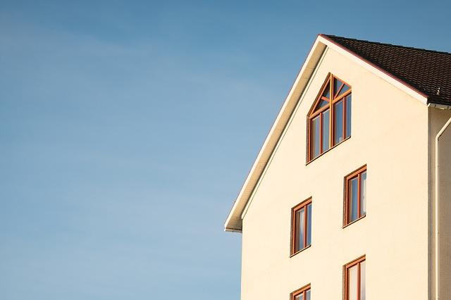 vysoký světlý dům, modrá obloha