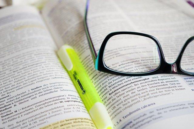 brýle a studiní kniha