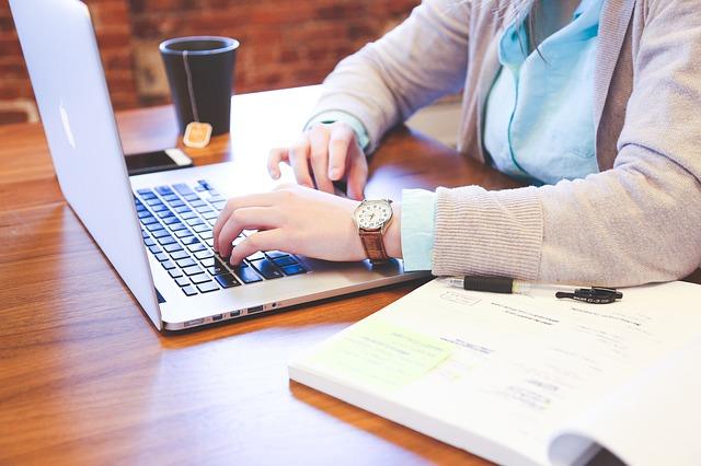 práce na laptopu