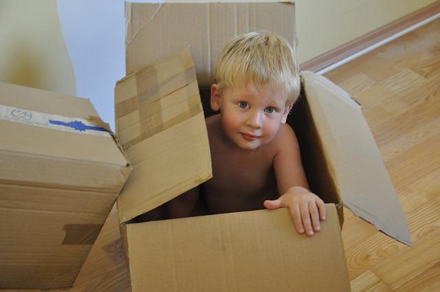 chlapec při stěhování
