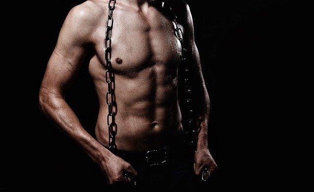 muž se řetězem