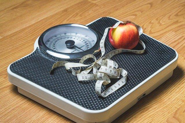 váha s jablkem a metrem
