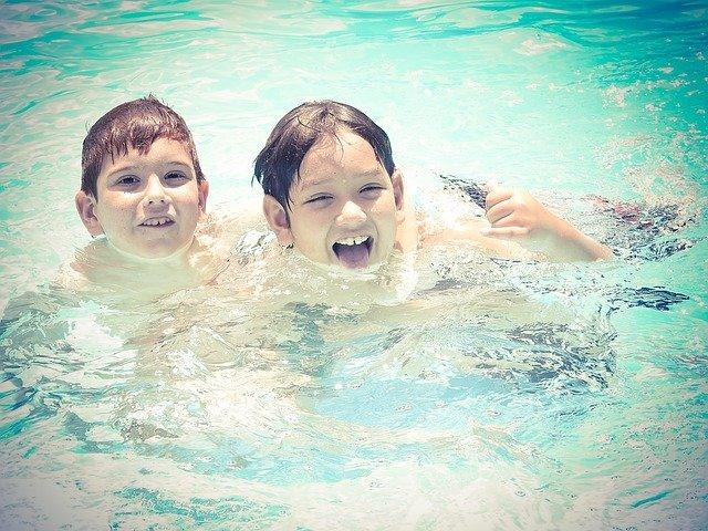 děti v bazénu