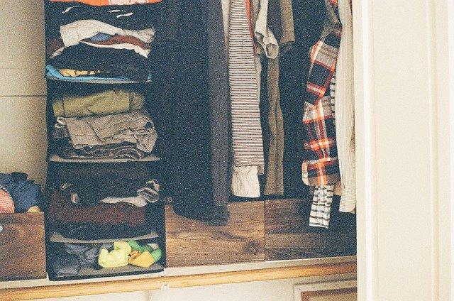 skříň s oblečením