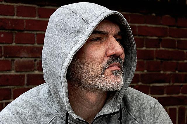Muž s kapucí na hlavě