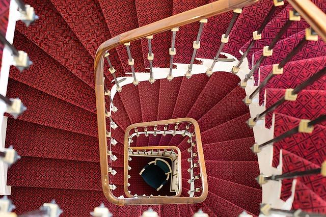 červené točité schodiště