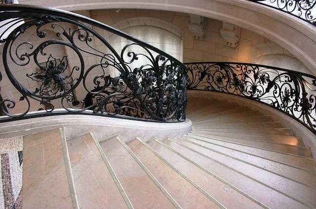 schody s černým zdobením zábradlí