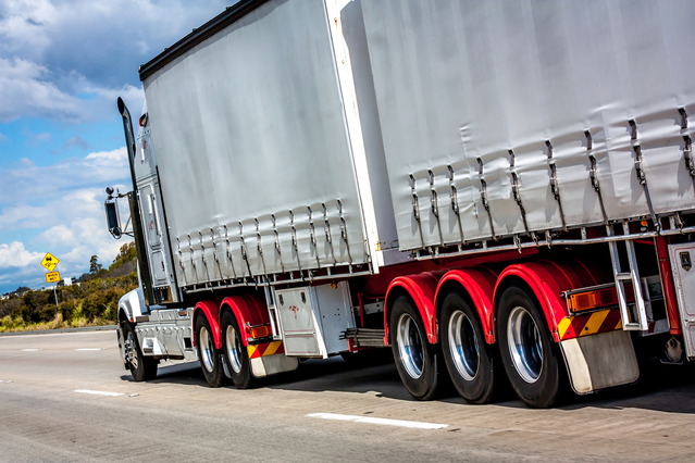 velký nákladní automobil jede po cestě