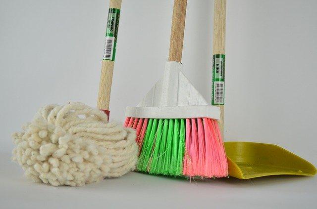 věci na úklid podlahy