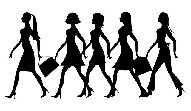 siluety pochodujících žen