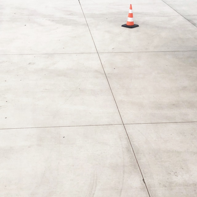 betonová podlaha, dlaždice, kužel