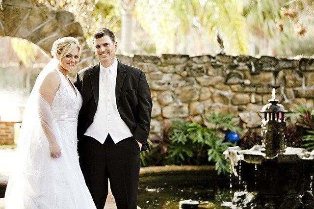 šťastný mladý pár – ženich a nevěsta